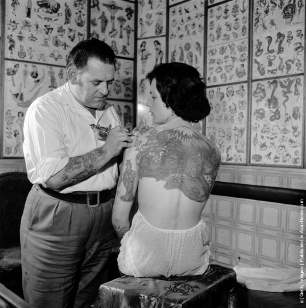Les tattooing Pam Nash - 1950's