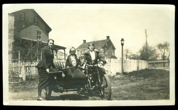 Vintage-INDIAN-MOTORCYCLE-Photo-1920s-women-little-girl-in-SIDECAR