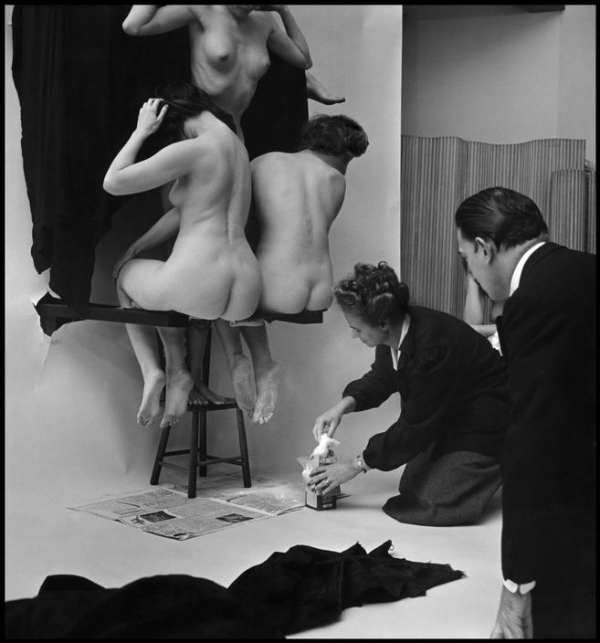 women-naked-dali-skull