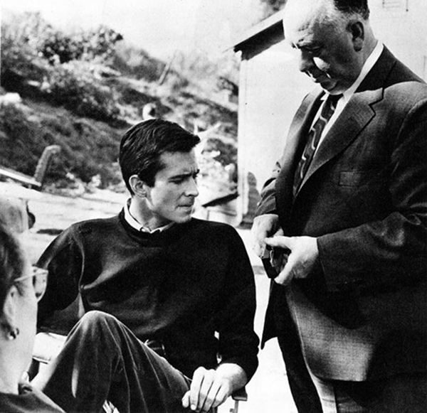 Alfred-Hitchcock-y-Anthony-Perkins-en-el-set-de-Psicosis-