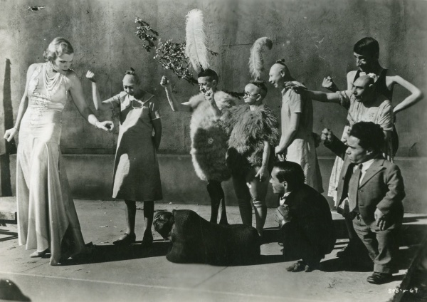 Cast pointing out the evil villain, Cleopatra